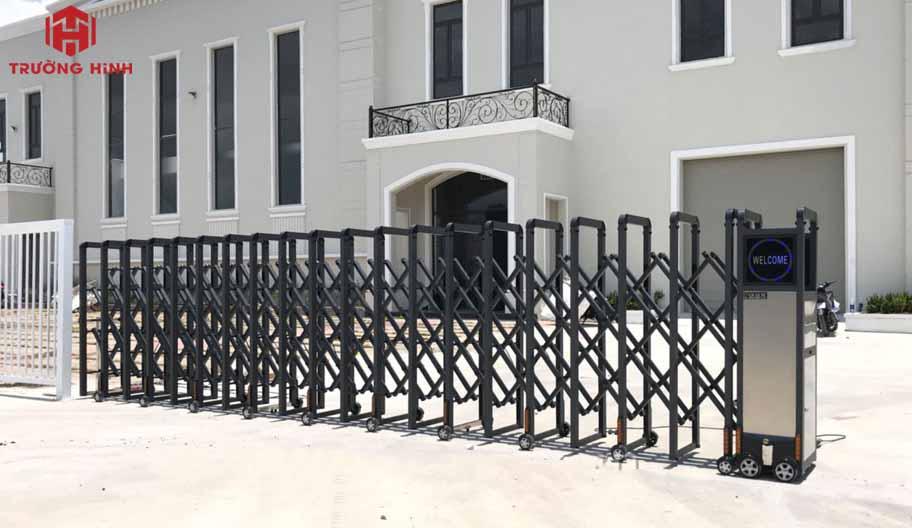 Cổng xếp inox có điểm gì nổi bật so với cổng xếp sắt